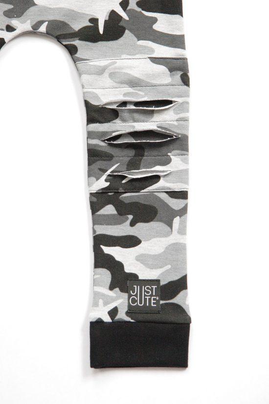 Tepláky ragged čierny maskáč detail kolienka